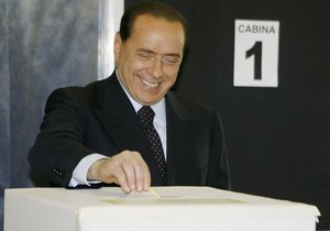 Берлускони прооперировали правую руку