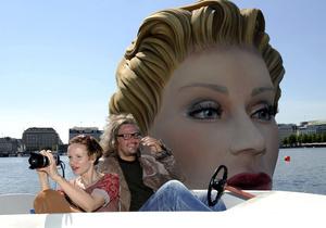 Фотогалерея: Блондинка за бортом. В Гамбурге установили гигантскую скульптуру купающейся женщины