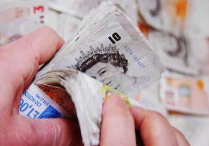 Британец обещает 50 тыс. фунтов тому, кто сломает руки шантажисту из России