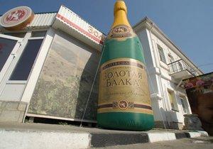 В Крыму наполнили самый большой в мире бокал шампанского
