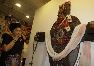На Филиппинах закрыли выставку с плакатом Христа и деревянного пениса