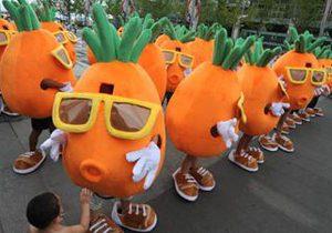 Китаец сделал предложение своей девушке при помощи толпы гигантских танцующих морковок
