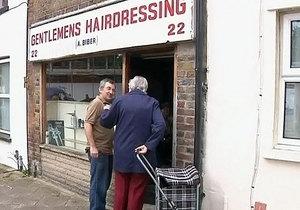 Пострадавшему от погромов в Великобритании 89-летнему парикмахеру собрали 35 тысяч фунтов
