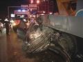 В Киеве на Южном мосту Skoda врезалась в подъемник электриков
