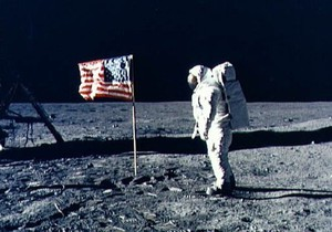 Чавес сомневается, что американцы побывали на Луне