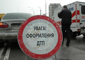В Киеве ослепленный солнцем водитель попал под грузовик