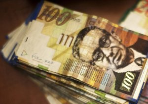 В Израиле мужчина грабил банки, чтобы провести ночь с девушкой на кровати, усыпанной деньгами