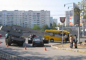 В Севастополе на маршрутку упал кран
