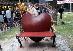 В Харькове восстановили памятник любви, разбитый ревнивцем