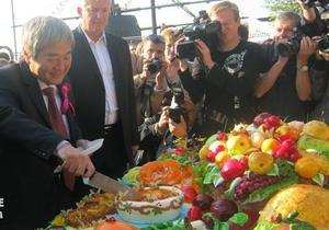 В Запорожье за десять минут съели 241-килограммовый торт