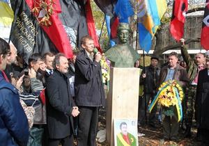 Националисты установили в киевском сквере символический памятник Мазепе