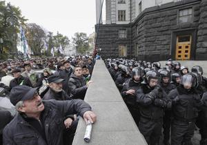 В Киеве под стенами Кабмина активисты хотят посадить Азарова в тюрьму