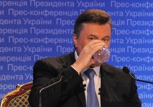 Янукович на пресс-конференции пил английскую минеральную воду (исправлено)