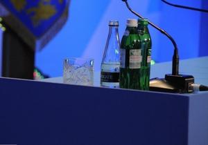"""Регионал считает, что служба протокола не обеспечила Януковича """"нормальной водой"""""""
