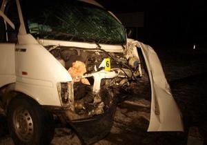 В Тернопольской области столкнулись микроавтобус и легковой автомобиль: двое погибли, шестеро получили травмы
