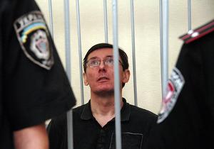СИЗО выдало Луценко в качестве пайка на судебное заседание кильку и сало
