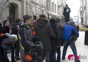 Флешмоб во Львове: Винничук прочитал стих Убий під...са под позы из Камасутры