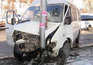В Севастополе маршрутка врезалась в столб: пострадали 10 пассажиров