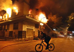 В результате беспорядков в центре Афин пострадали десятки человек. Горят банки и магазины