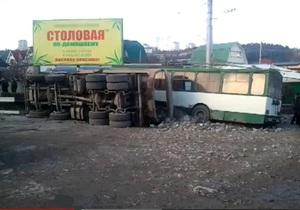 В центре Алушты опрокинулся грузовик и по инерции врезался в троллейбус
