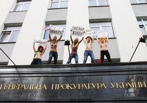 """Активистки FEMEN забрались на карниз здания ГПУ, требуя наказания для """"николаевских садистов"""""""