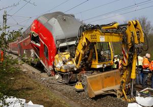 В Германии поезд столкнулся с экскаватором: есть жертвы