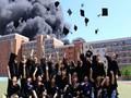 Выпускники китайского вуза сфотографировались на фоне горящего общежития