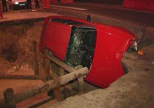 В Киеве автомобиль с пассажирами провалился в яму