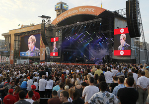 На концерт Элтона Джона и Queen на Майдане пришли более 100 тысяч человек