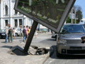 В центре Киева на внедорожник упал рекламный щит