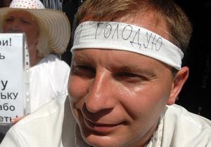 Медики советуют протестующим под Украинским домом прекратить голодовку