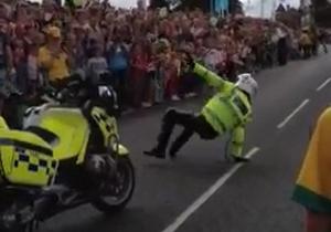 Британский полицейский развлекал зрителей эстафеты олимпийского огня танцами