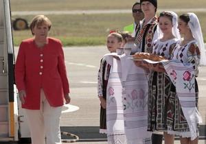 Меркель під час візиту до Молдови подарували 460 пляшок марочних вин