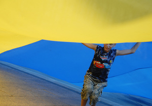 Возле здания киевской мэрии подняли государственный флаг Украины