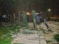 Недовольные действиями чиновников киевляне снесли забор вокруг стройки на Лесном массиве