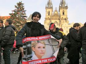 Новости Украины - Политические новости - Плакат в поддержку Тимошенко появился на центральной площади Праги