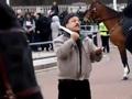 Полицейские расстреляли электродами мужчину, пытавшегося перерезать себе горло возле Букингемского дворца
