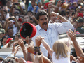 На выборах в Венесуэле Мадуро поприветствовал избирателей с крыши автомобиля