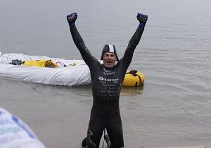 Американский спортсмен проплыл более 30 км с тонной кирпичей!