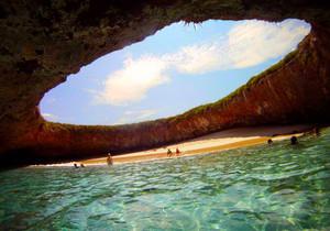 Спрятанный на острове Мариета в Пуэрто-Вальярта пляж не имеет аналогов в мире
