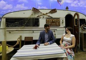 Стиль жизни - Путешествия - Пара молодоженов у фургона House Boat