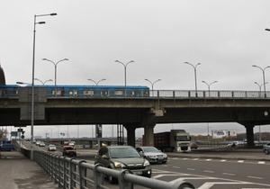 В Киеве женщина прыгнула с платформы станции метро Днепр на проезжую часть (обновлено)