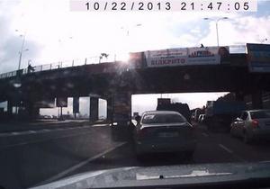 В сети появилось видео падения женщины с моста Метро на проезжую часть