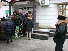 Общество: В Житомире вкладчикам Ощадбанка выдают талоны во избежание очередей