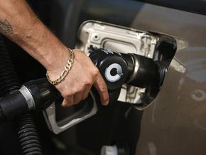 Заправка автомобиля топливом.