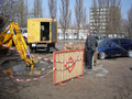 В Киеве провалился под землю автомобиль. ФОТО