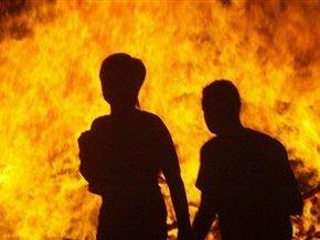 Спасателям пришлось спасать людей во время пожара