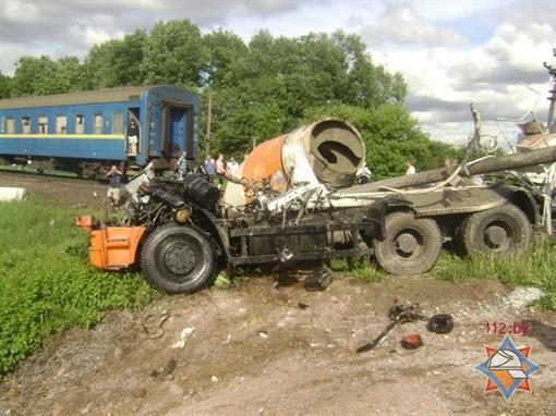 Возле Могилева  украинский поезд столкнулся с бетономешалкой