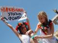 С легким паром! Водные процедуры активисток FEMEN прервал Беркут