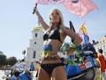 Я независимая! FEMEN отпраздновали 24 августа с байкерами и Беркутом